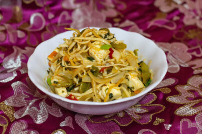 Chilli Garlic Noodles con paneer e spinaci